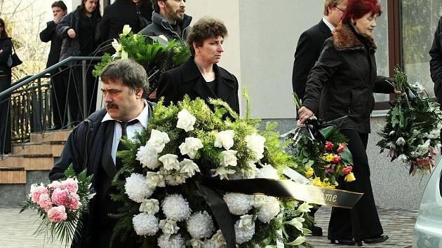 Smuteční obřad za Jiřího Musila, jednu z nejmladších obětí .