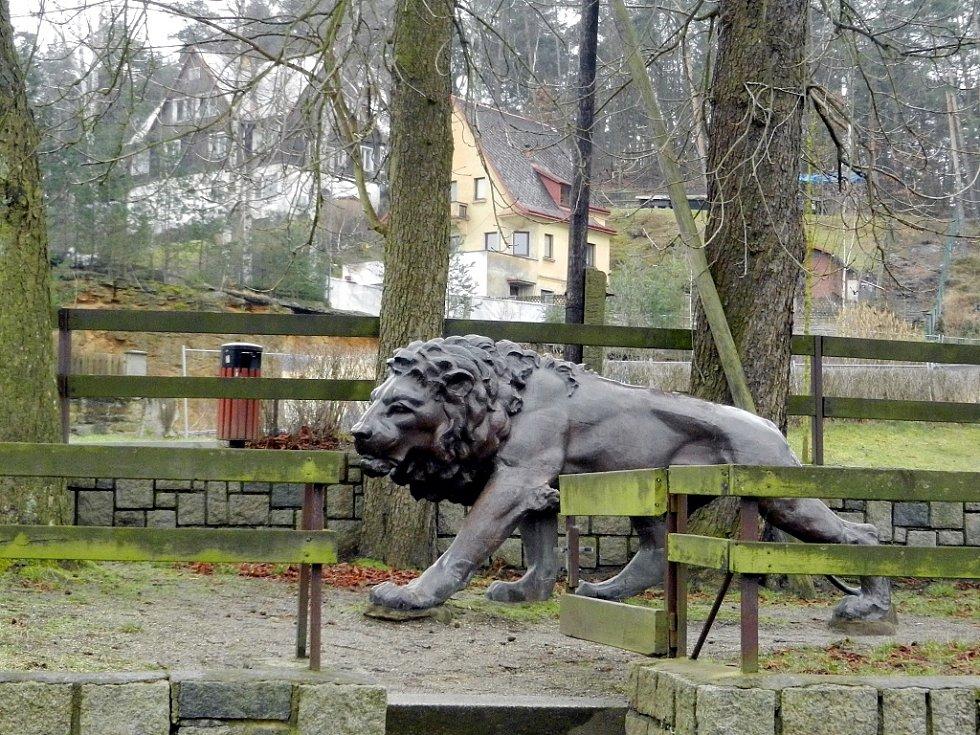 Lev, který v Žatci stál jako součást pomníku obětem první světové války. Nyní byl po sedmdesáti letech objeven ve Starých Splavech.