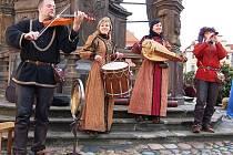 Návštěvníky adventních trhů v Žatci kromě strých řemesel a stánků s nejrůznějším zbožím vítala středověká hudba.