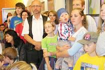 Rodiče a děti na happeningu v prostorách ZUŠ Louny.