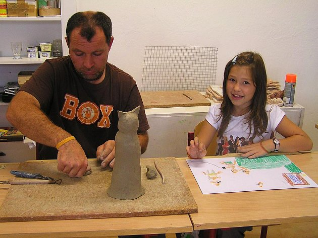Rodiče malují a modelují se svými dětmi v lounské umělecké škole