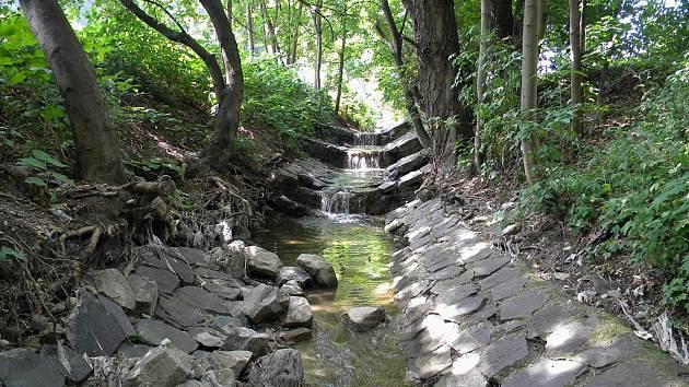Koryto potoka je na některých místech výrazně poškozené