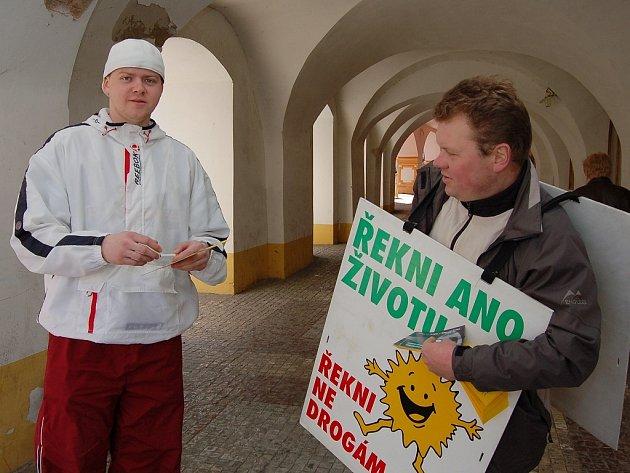 Stanislav Nedvěd si v Žatci bere propagační leták od dobrovolníka Karla Fišera.