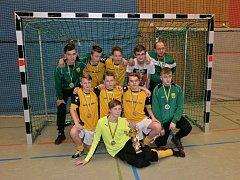 Mladí fotbalisté ze Žatce s pohárem z turnaje v Německu