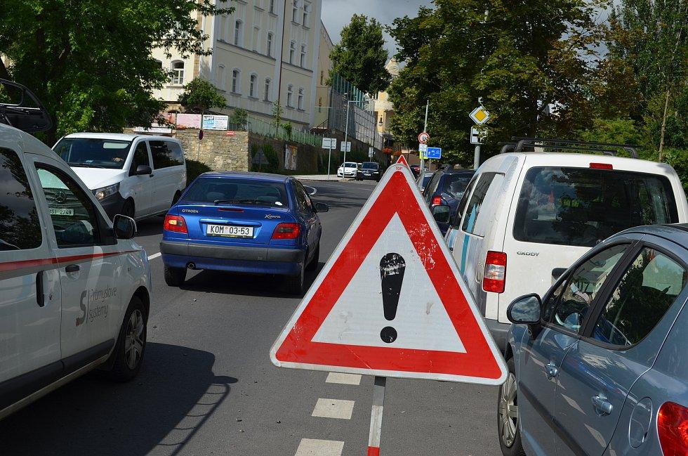 Víkendový přívalový déšť podemlel asfalt v blízkosti křižovatky ulic Husovy a Hilbertovy v Lounech. Silnice se tam zvlnila, šoféři musí dávat na místě pozor. Na opravu si tam nějaký čas počkají.