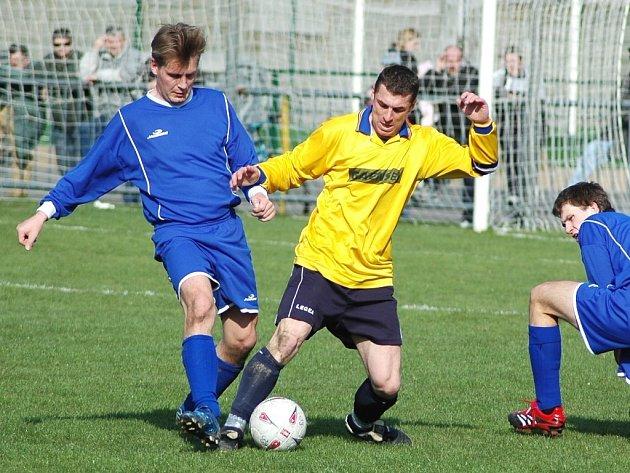 Výraznou osobností fotbalistů FK Louny je kapitán Karel Hasil, který je na snímku v souboji s Václavem Horčičkou v okresním derby s SK Černčice, které Louny vyhrály 9:0.