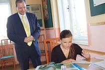 Ministr školství Marcel Chládek se přijel podívat na průběh maturitních zkoušek na žatecké gymnázium