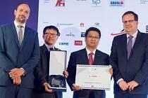 Záštitu nad soutěží převzal ministr obchodu a průmyslu ČR Jan Mládek (vpravo), který také předal cenu zástupcům korejské společnosti Nexen Tire, jejíž investiční projekt vyhodnotila odborná porota jako nejvýznamnější.