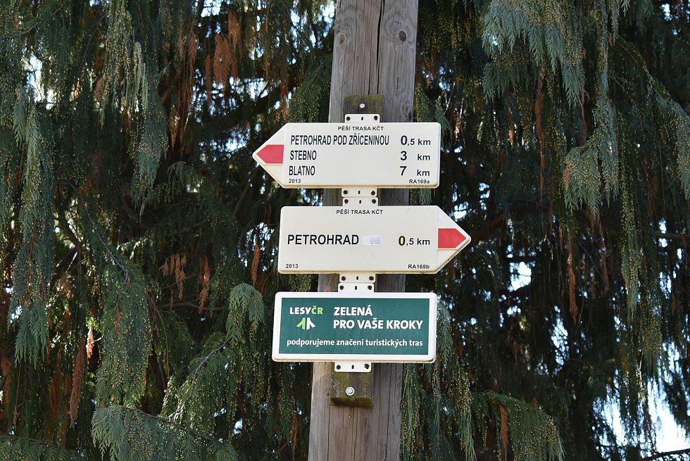 Petrohrad na jihu Ústeckého kraje je oblíbeným cílem turistů. Láká nedaleká zřícenina hradu nebo sousední kaple. Vede k nim Cesta všech svatých. Okraj lesa jindy plný aut návštěvníků nyní zeje prázdnotou.