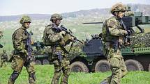 V kopcích Doupovských hor střílí, hází granáty nebo nacvičuje řízení bojových vozidel v terénu na 350 vojáků žateckého 41. mechanizovaného praporu