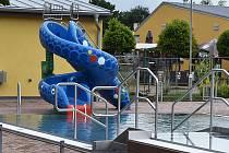 Na koupališti vyrostl nový bazén pro děti s klouzačkami a malým tobogánem. Plot areálu se posune o několik metrů směrem k asfaltové in-line dráze na sousedním sportovišti, vznikne tak prostor pro umístění nových hracích prvků na koupališti.