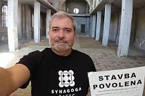Majitel žatecké synagogy Daniel Černý před zahájením rekonstrukce.