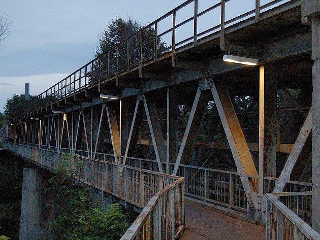 Železniční most s lávkou přes Ohři v Lounech. Archivní foto