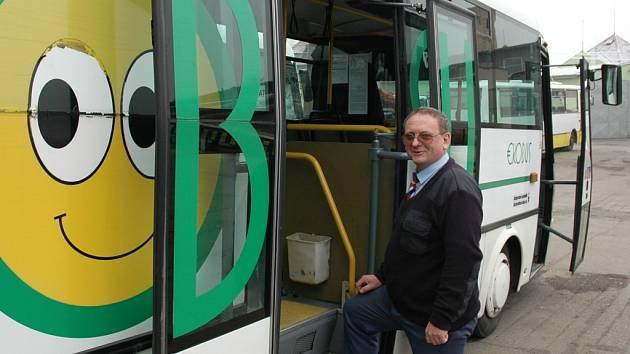 Řidič Josef Kára nastupuje do nového ekologického vozu v Žatci.
