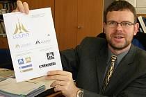 Jan Kerner ještě jako starosta Loun ukazuje nové logo města.