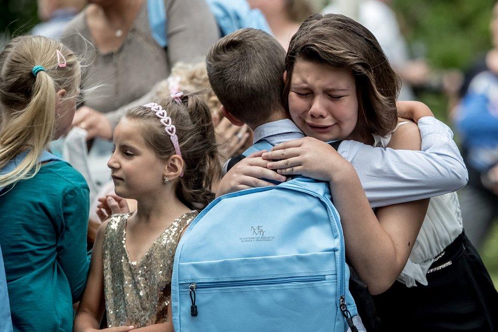 Poslední školní den byl v Podbořanech hodně emotivní pro rodiče prvňáčků i deváťáky, kteří ze základní školy míří do další životní etapy