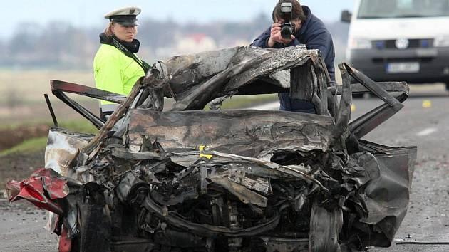 Plameny osobní auto zcela zničily, ani řidič neunikl
