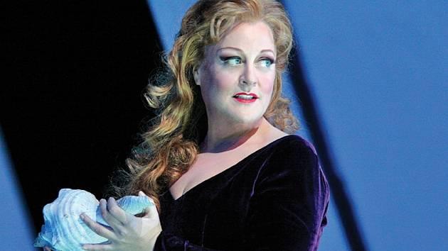 V hlavní roli představení Tristan a Isolda exceluje pěvkyně Deborah Voigt.