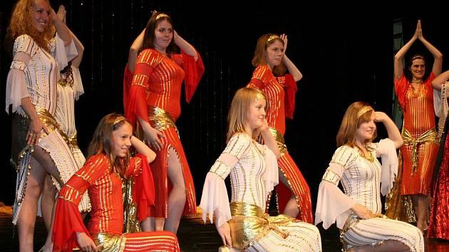 Soutěžní přehlídka orientálních tanců Belly dance de la Luna v lounském Vrchlického divadle