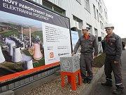 Návštěvníci procházejí areálem elektrárny Počerady.