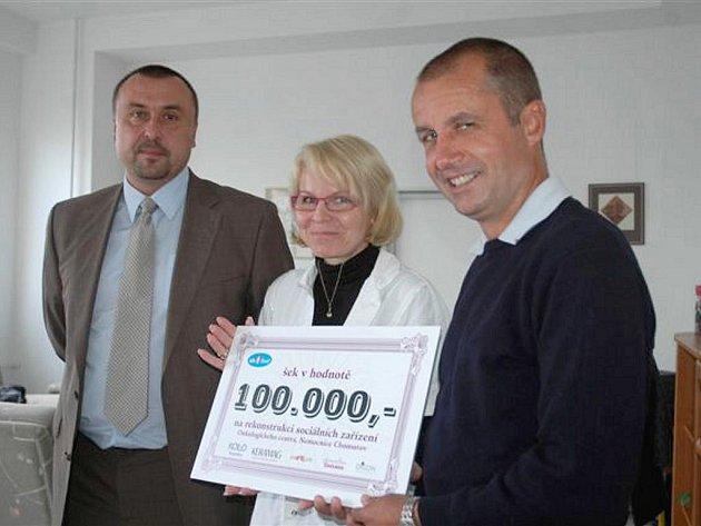 Miroslav Kalina (vpravo) předal symbolický šek primářce onkologického centra Martině Chodacké. Vlevo Milan Patera ze společnosti Sanitec.
