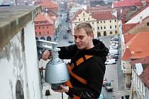Petr Janouch při výměně kamer na žatecké radniční věži. Archivní foto