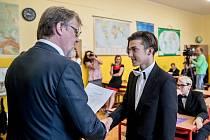 Ministr školství Stanislav Štech předával vysvědčení  na ZŠ T. G. Masaryka v Podbořanech