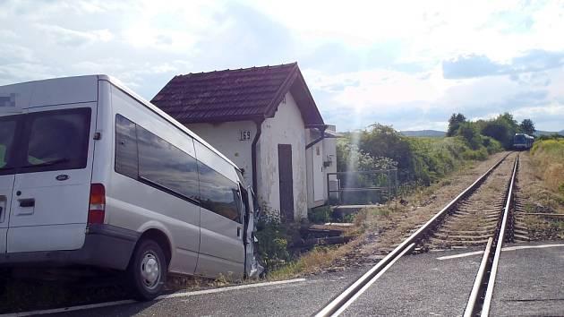 Dodávka po srážce s motorovým vlakem skončila v příkopu vedle přejezdu mezi Kryry a Vroutkem