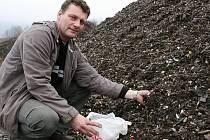 Starosta Libčevsi Tomáš Ekrt probírá nově navezené hromady materiálu. Vypadá tohle jako palivo?