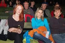 Diváci čekají na premiéru filmu Požírači leknínů v žateckém letním kině