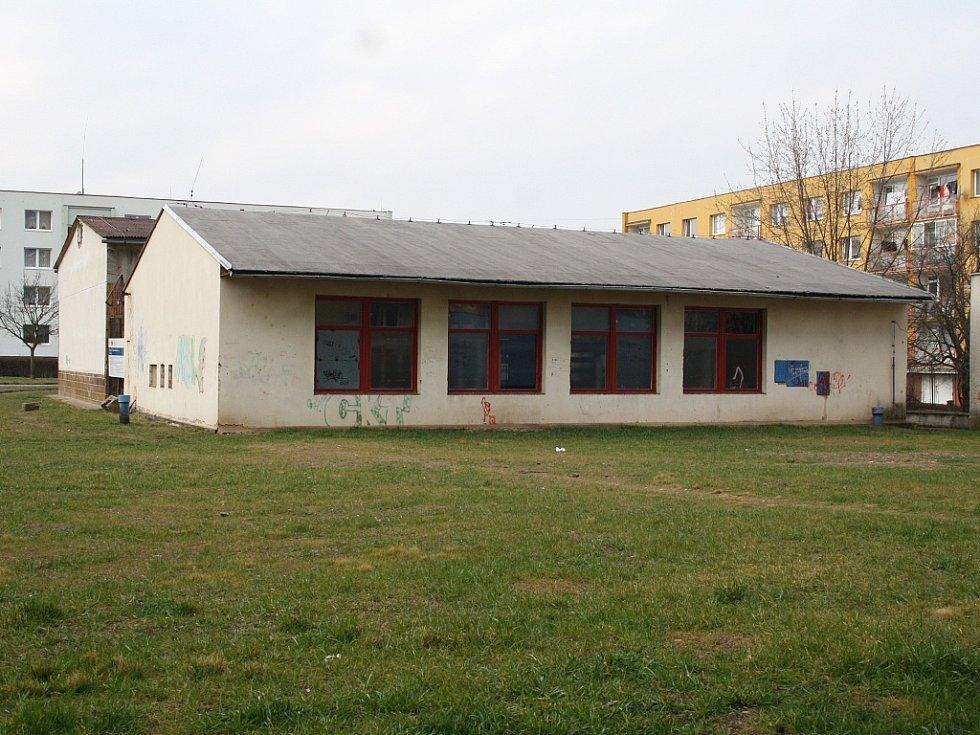Opuštěná budova bývalé výměníkové stanice na žateckém sídlišti se má změnit v parkovací dům. Za ní v sousedství je herna na squash a posilovna.