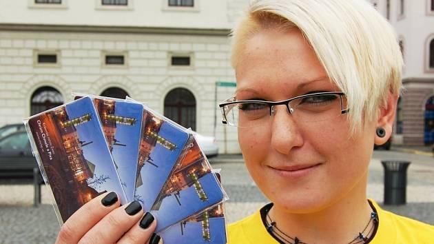 Kamila Slavíková ukazuje nové magnetky