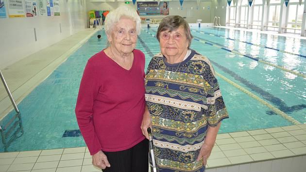 Věnceslava Dohnalová (91 let, vlevo) a Zora Těhlová (96 let) chodí v Žatci plavat pravidelně.