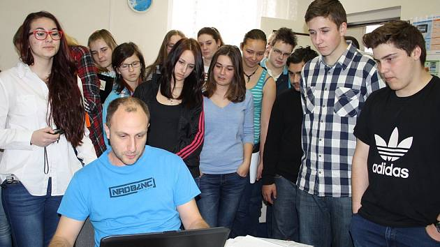 Čtrnáct školáků ze ZŠ Lenešice přijelo na exkurzi do redakce Deníku v Žatci.