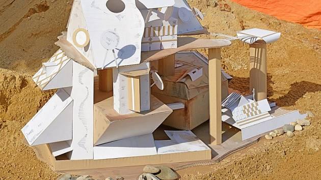 Lounští studenti vyrobili z lepenky soutěžní model Školící středisko gen. F. Fajtla