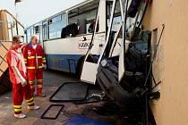 Autobus narazil do domu ve Velemyšlevsi na Lounsku. Výsledkem jsou desítky raněných.