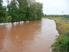 Ve Stránkách na Žatecku je Blšanka normálně větší potok. V noci na úterý v ní teklo 72 metrů krychlových vody za vteřinu, její výška byla 262 centimetrů.