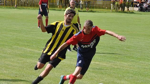 Fotbalovou nudu s minimem šanci rozhodla jediná branka  z úvodu utkání. Chlumčany (v červenomodrém) byli šťastnějším týmem.