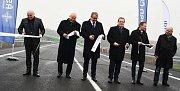 Symbolickou pásku přestřihli ministr dopravy Dan Ťok, hejtman Ústeckého kraje Oldřich Bubeníček, generální ředitel ŘSD Jan Kroupa, starosta Loun Radovan Šabata a další hosté