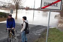 Voda z rozlité Ohře zaplavila silnici mezi Černčicemi a Vršovicemi. Lidé se na to chodili dívat
