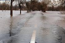 Zaplavená silnice mezi Oborou a Počedělicemi