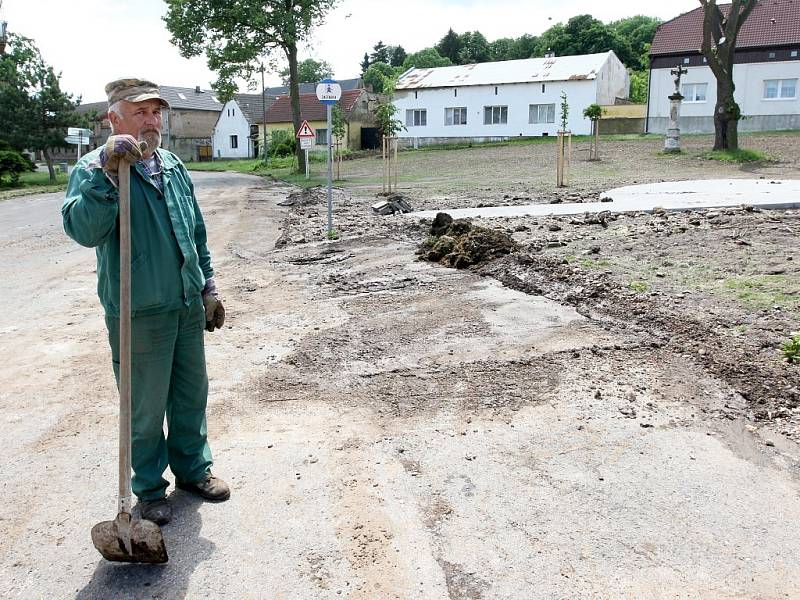 Úklid po bouři v Bítozevsi 27. května