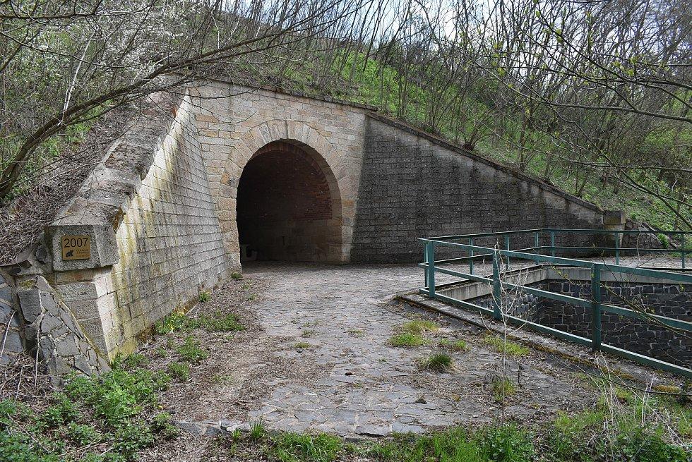 U Deštnice je jeden z nejzajímavějších mostů celé trati. Jde o dvojitý železniční viadukt, vjeho spodní části protéká potok a horní slouží jako průchod polní cesty. Postavil se v roce 1887, původní viadukt voda podemlela.