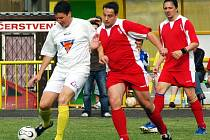 Zkušený Jiří Gregor z Tatranu Podbořany, sledovaný lounskými hráči Bajcurou a Schořem, vstřelil  dvě branky a navíc břevno v derby Podbořany  – Louny B  3:2.