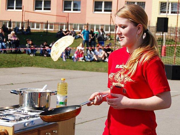 Jarmila Štroblová z družstva Lišáků se snaží za jednu minutu co nejvícekrát přehodit na pánvičce palačinku.