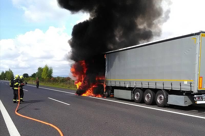 Na dálnici mezi Chomutovem a Postoloprty hořel kamion.