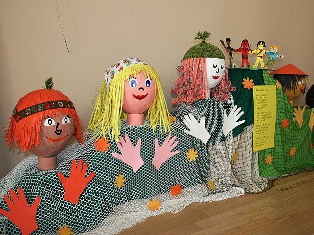 Výtvarné práce předškoláků a školáků ozdobily lounské Vrchlického divadlo