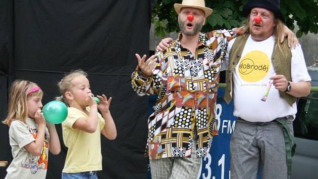 Děti soutěží při Dobrodění 2008 v lounské Stromovce.