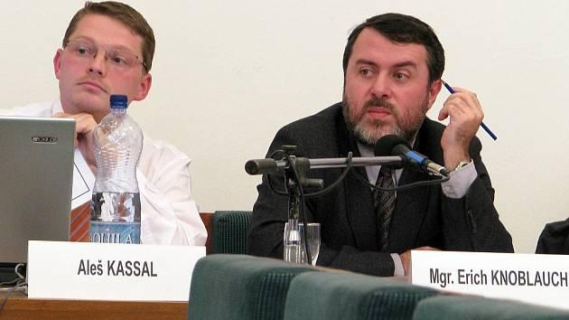 Starosta Žatce Erich Knoblauch a jeho zástupce Aleš Kassal na schůzi zastupitelstva.