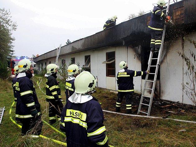 Požár bývalé ubytovny chmelařů v Líšťanech.